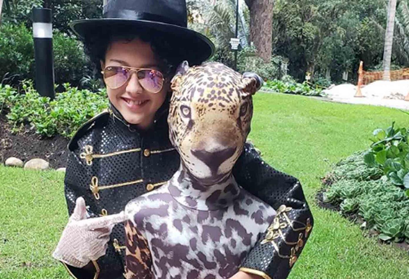 Los hijos de la presentadora y el cantante Carlos Vives lucieron un disfraz de Michael Jackson (Elena Vives) y de jaguar (Pedro Vives).