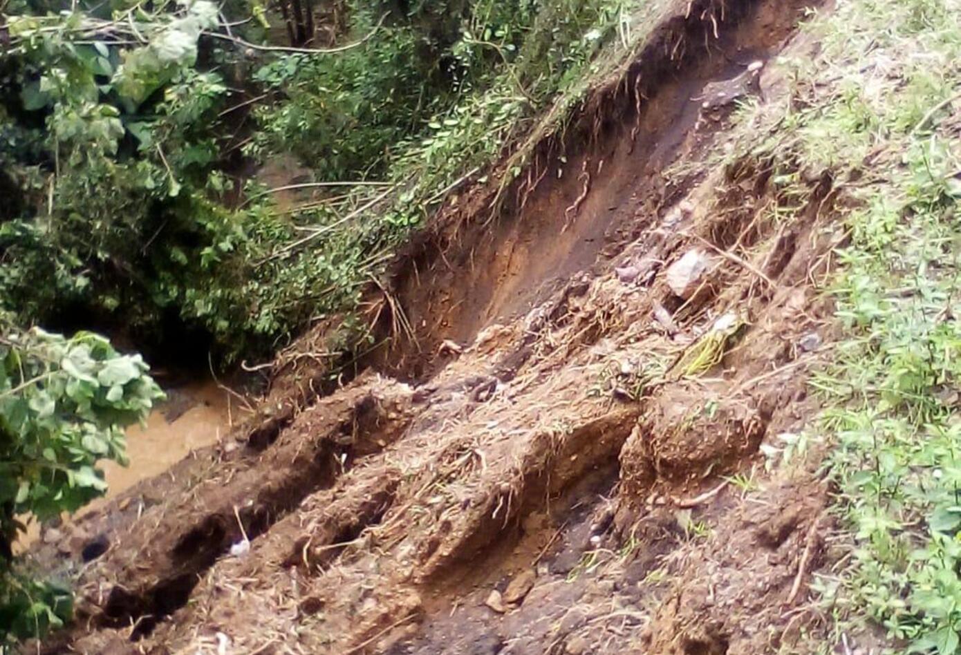 Deslizamientos en el barrio Las Colinas, generó la afectación de casas de este sector en sus techos.