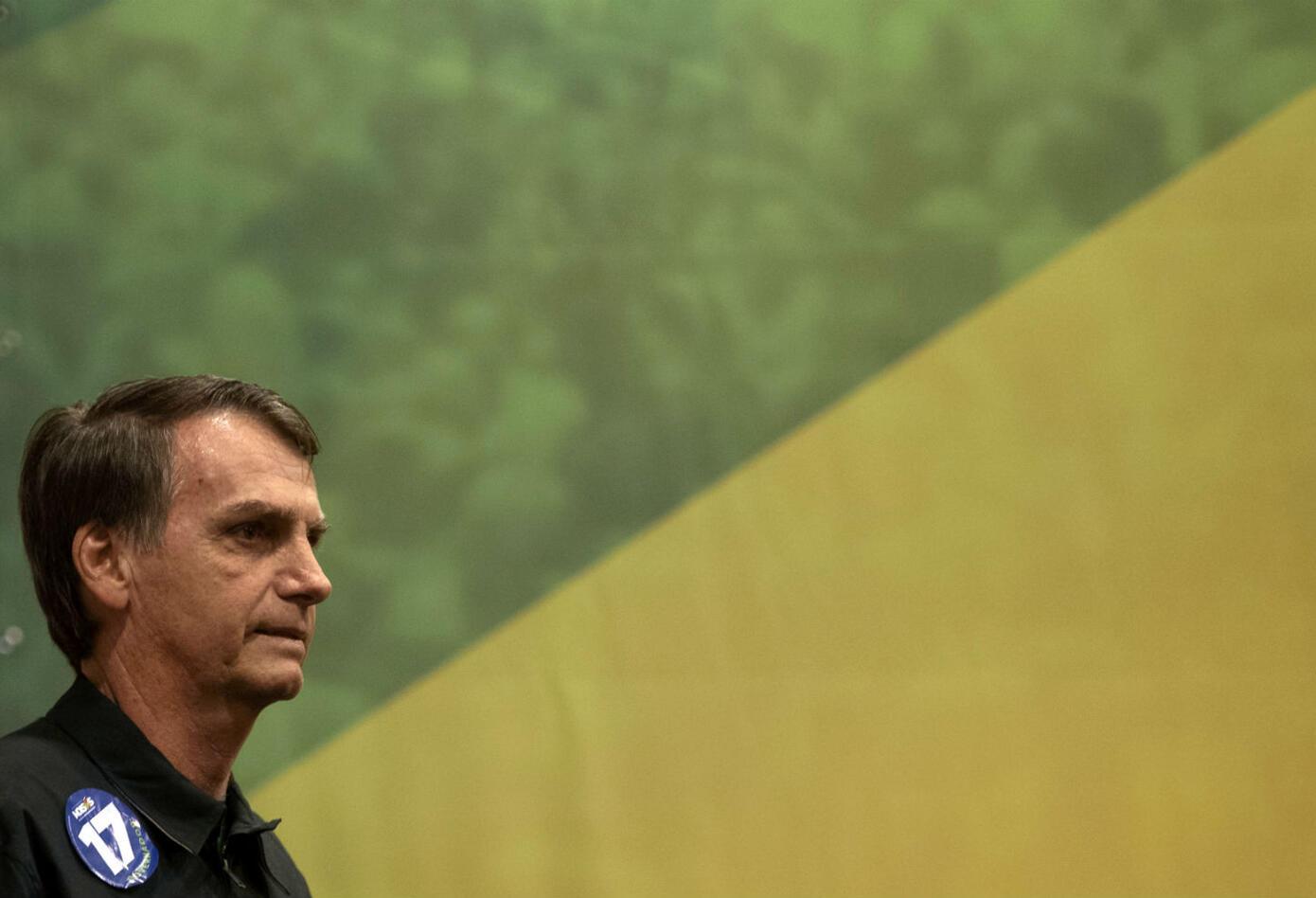 Los últimos sondeos para el balotaje del domingo dan a Bolsonaro, quien rozó la muerte en septiembre al ser apuñalado en un mitin, un 56% de apoyos frente al 44% de su rival de izquierda Fernando Haddad.