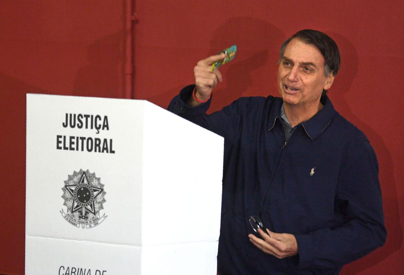 """A menudo apodado """"el Donald Trump brasileño"""", este defensor de la familia tradicional, de Dios y del porte de armas ha impulsado su campaña por redes sociales, con un discurso antisistema en un país en profunda crisis política, económica y de seguridad."""
