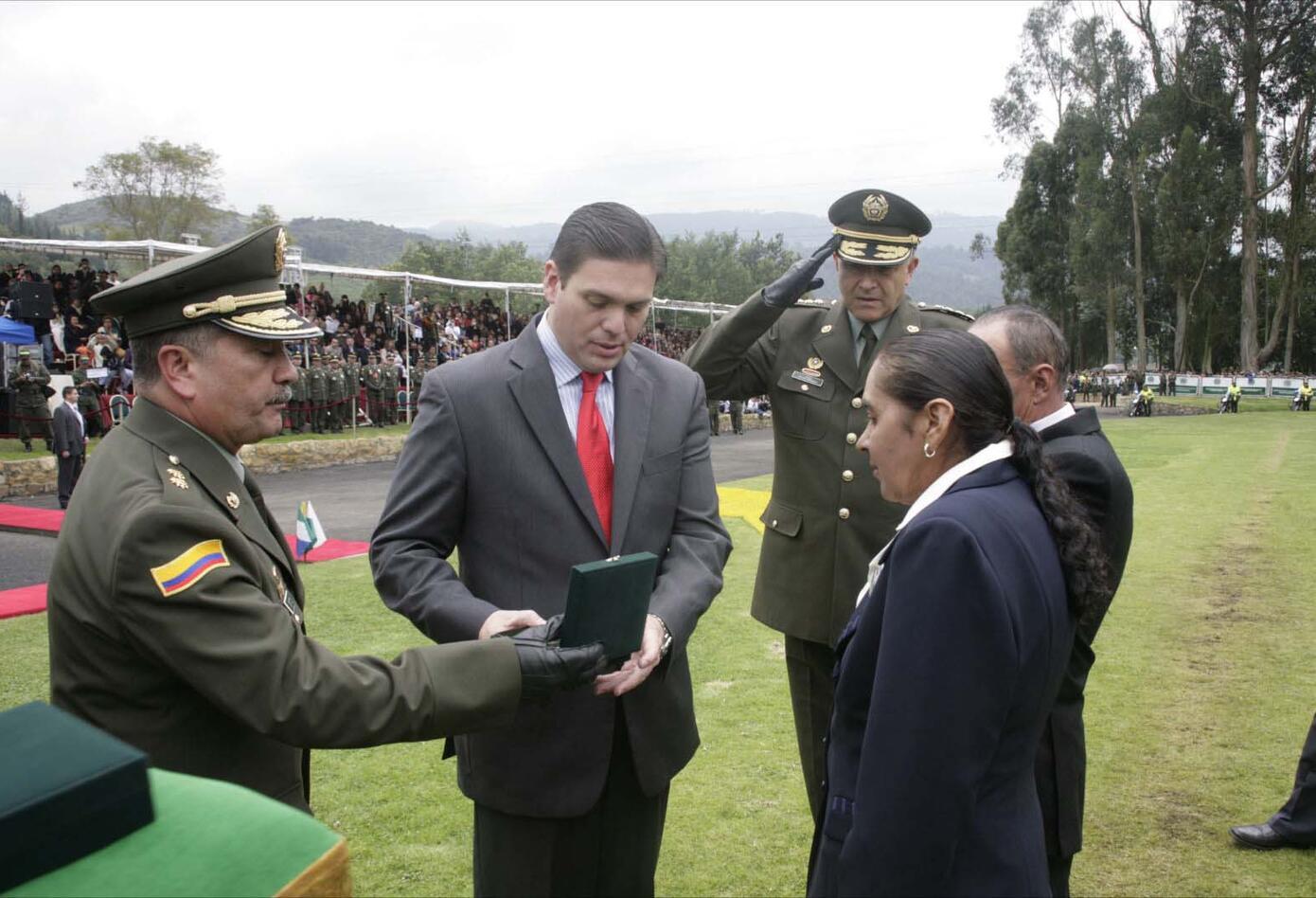 El entonces ministro de Defensa, Juan Carlos Pinzón, entregó la insignia de ascenso a los padres del intendente Luis Hernando Peña, quien subió de grado en cautiverio.