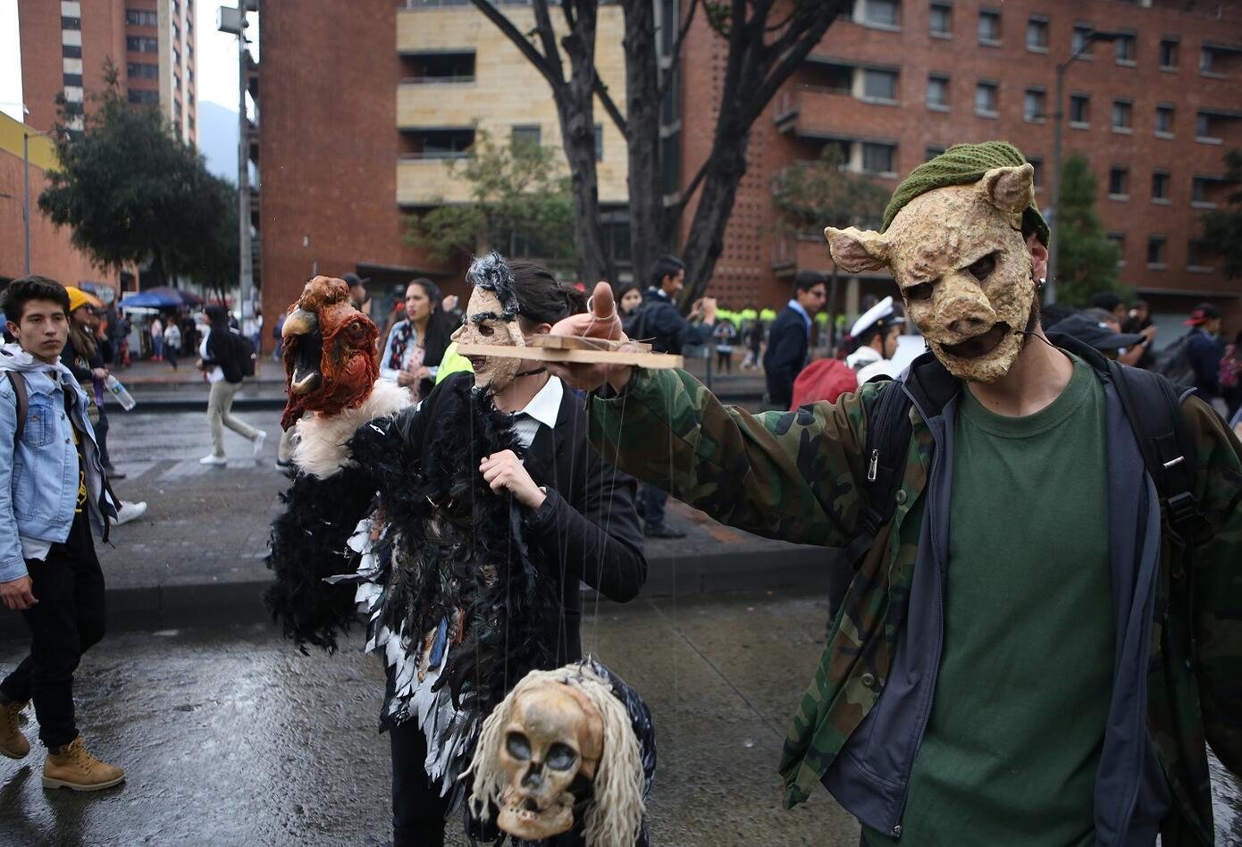 Por medio de zombies, los estudiantes representaron la falta de recursos para la educación superior del país.