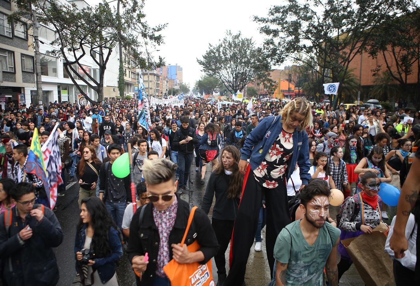 Las movilizaciones, en las que los estudiantes reclaman más atención y recursos del Estado para las instituciones públicas, se dirigían hacia el centro de la capital, punto de confluencia de las protestas.