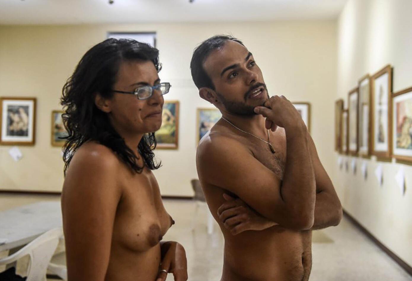 El colectivo nudista 'Otro Cuento' fue el encargado de participar. Personas de todas las edades asistieron a la muestra artística.