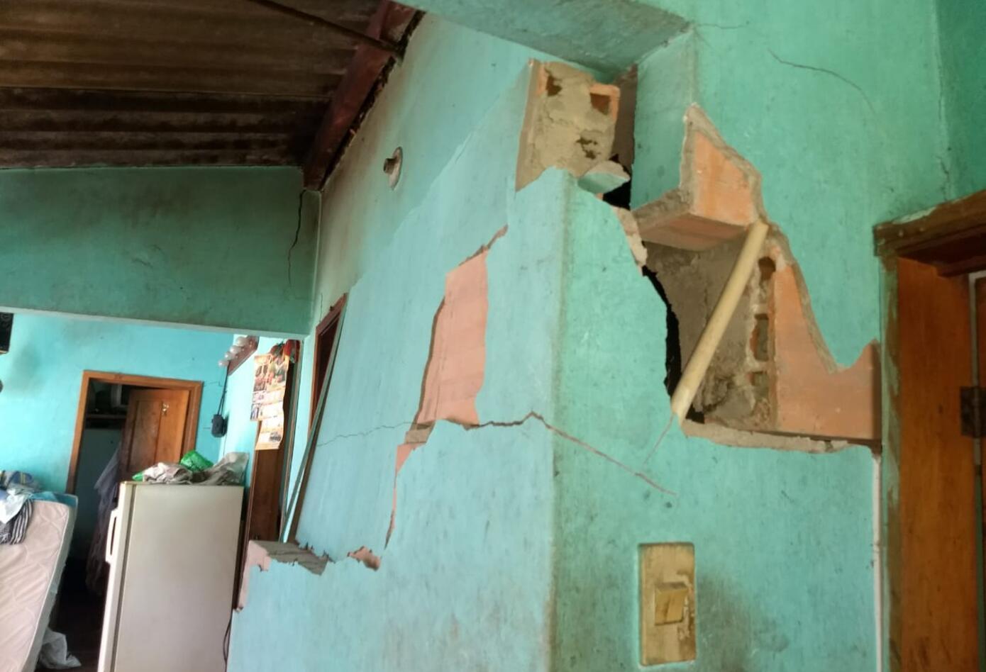 Unas 60 familias han tenido que salir de sus casas por miedo a que se desplomen.