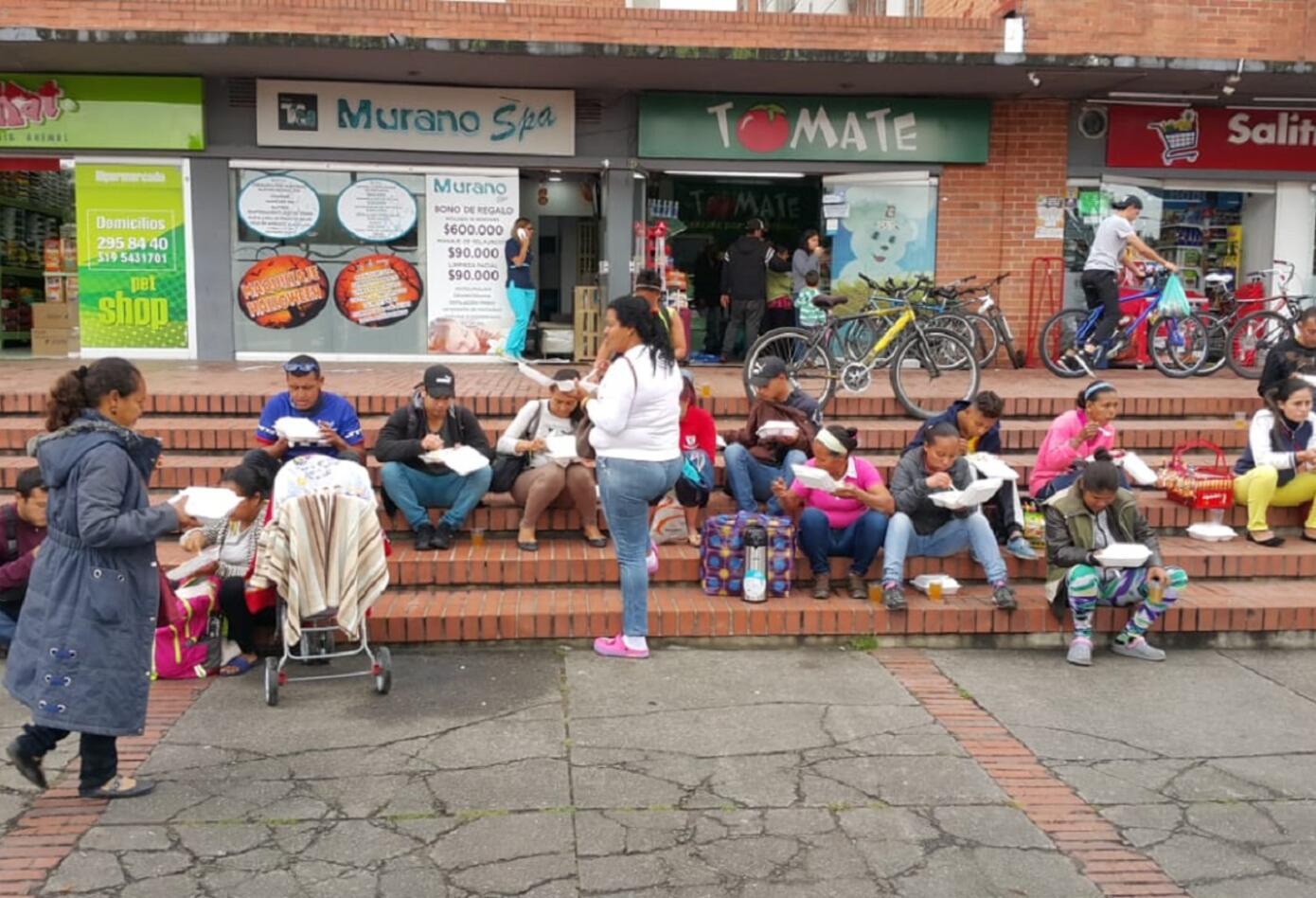 Vecinos del Terminar de Transportes Salitre se solidarizan con los venezolanos recién llegados a Bogotá.