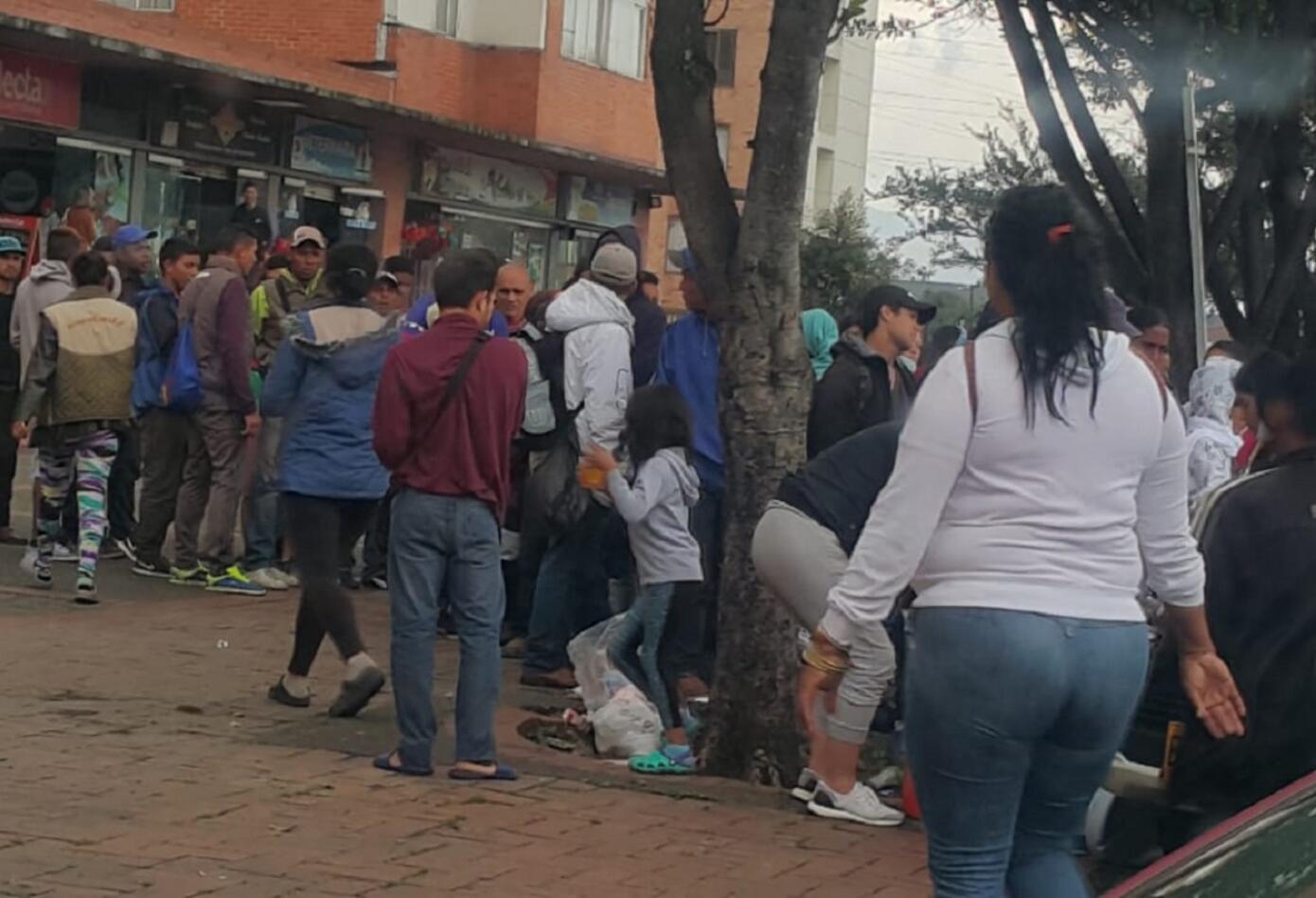 Varios bogotanos llegaron con comida para los venezolanos recién llegados a la capital.