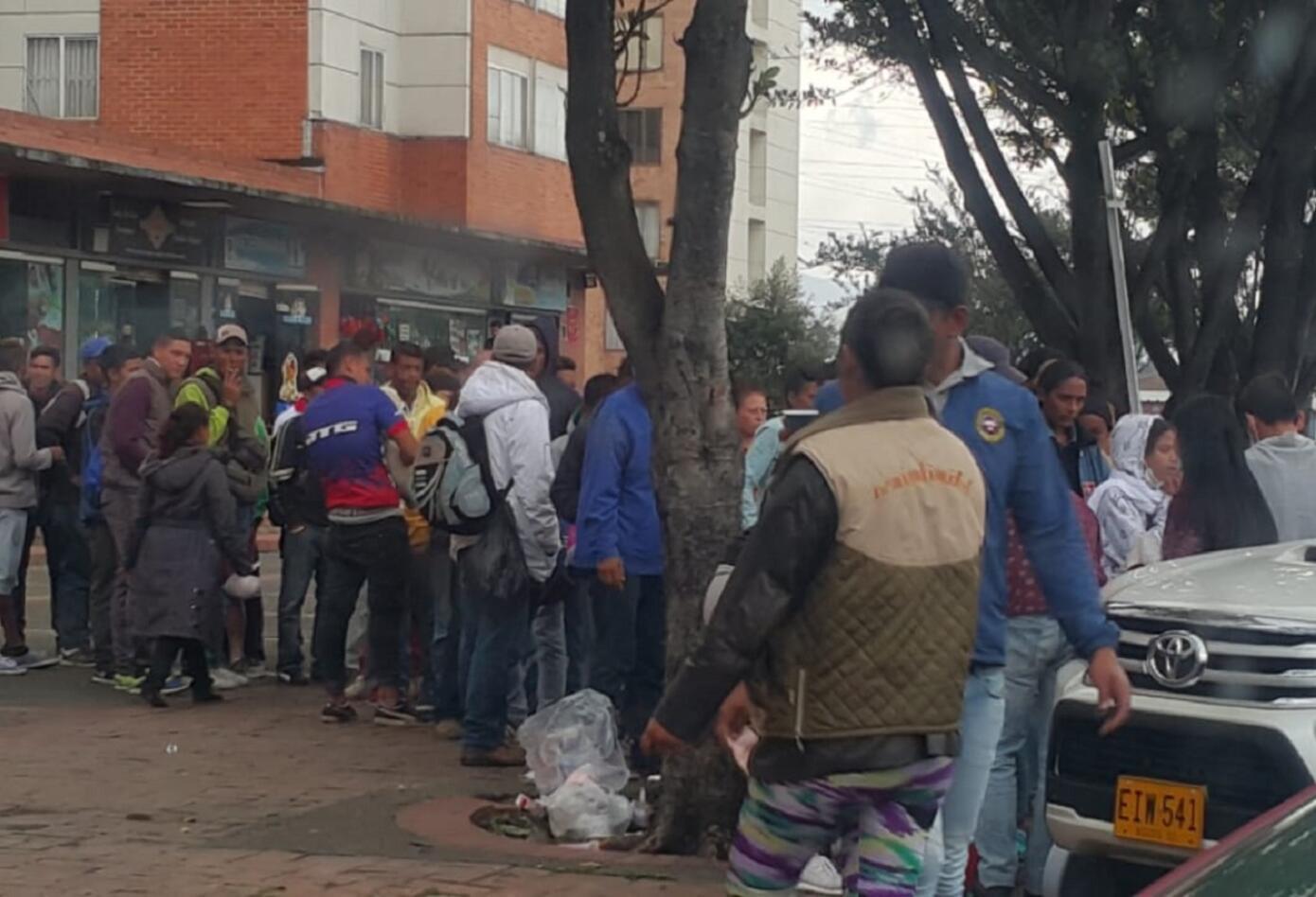 Vecinos del Terminar de Transportes Salitre se solidarizan con los venezolanos recién llegados a Bogotá
