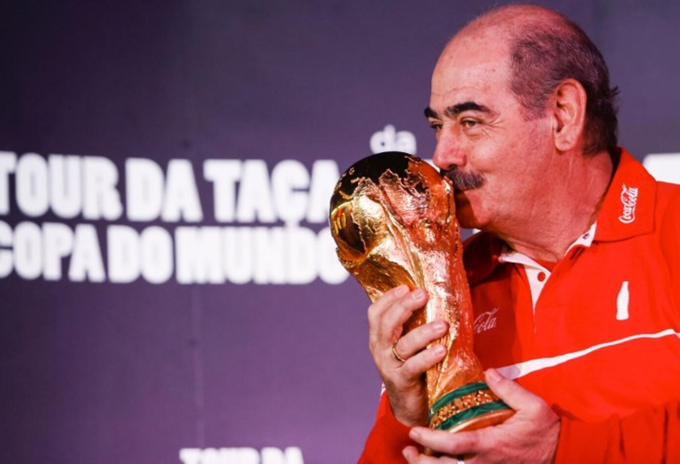 Roberto Rivelino es un exfutbolista brasileño que fue considerado como uno de los mejores jugadores sudamericanos. Fue campeón del mundo en 1970.