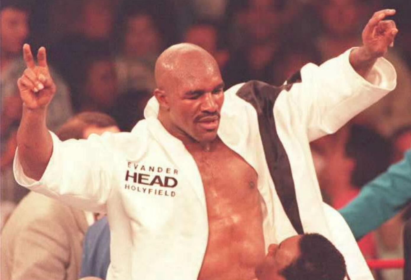 10. Evander Holyfield. Nació el 19 de octubre de 1962 en Atmore, Alabama, (EE.UU.). Se retiró el 7 de mayo de 2011. Tiene un récord de 44 victorias (29 nocauts), diez derrotas, dos empates – un combate nulo. Realizó catorce defensas.
