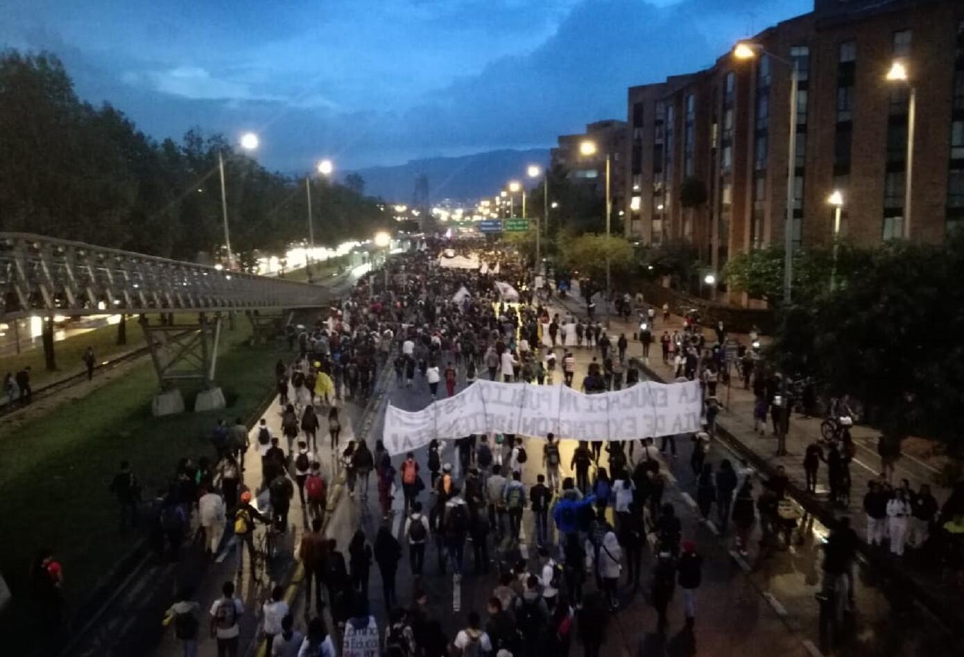 Así se vio la marcha de los estudiantes de la Universidad Nacional en la NQS con calle 75