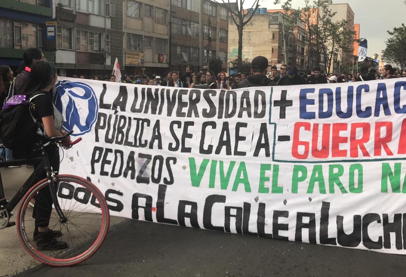 Estas es la pancarta que levaban los estudiantes que se movilizaban por la Caracas en sentido norte-sur