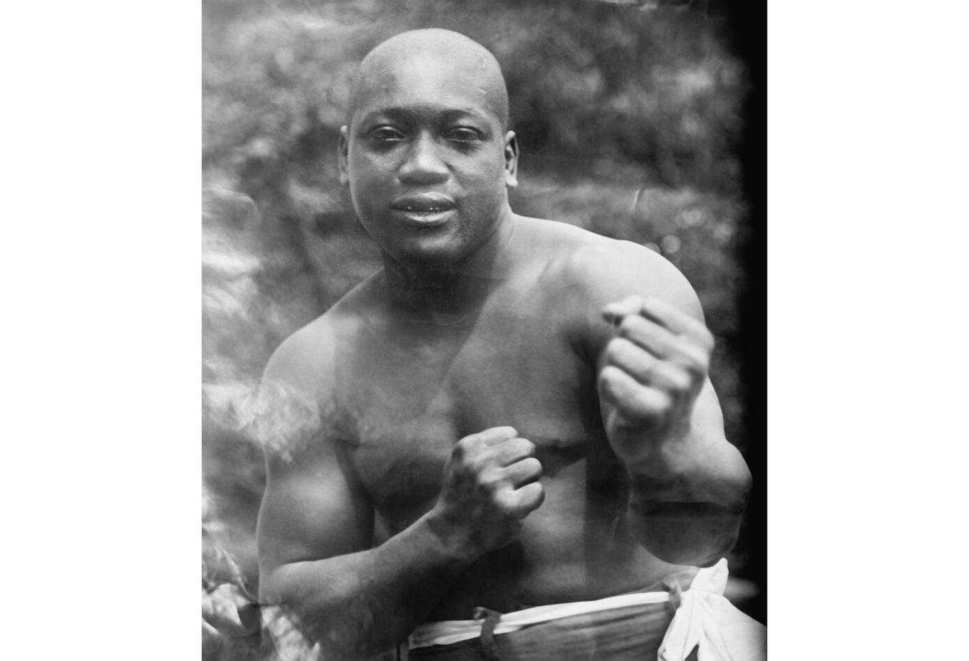 5. Jack Johnson. Nació el 31 de marzo de 1878 en Galveston, Texas (EE.UU.). Se retiró el 27 de noviembre de 1945. Falleció el 10 de junio de 1946. Tiene un récord de 73 victorias (40 nocauts), trece derrotas y diez empates – cinco combates nulos. Realizó trece defensas bajo registro oficial.