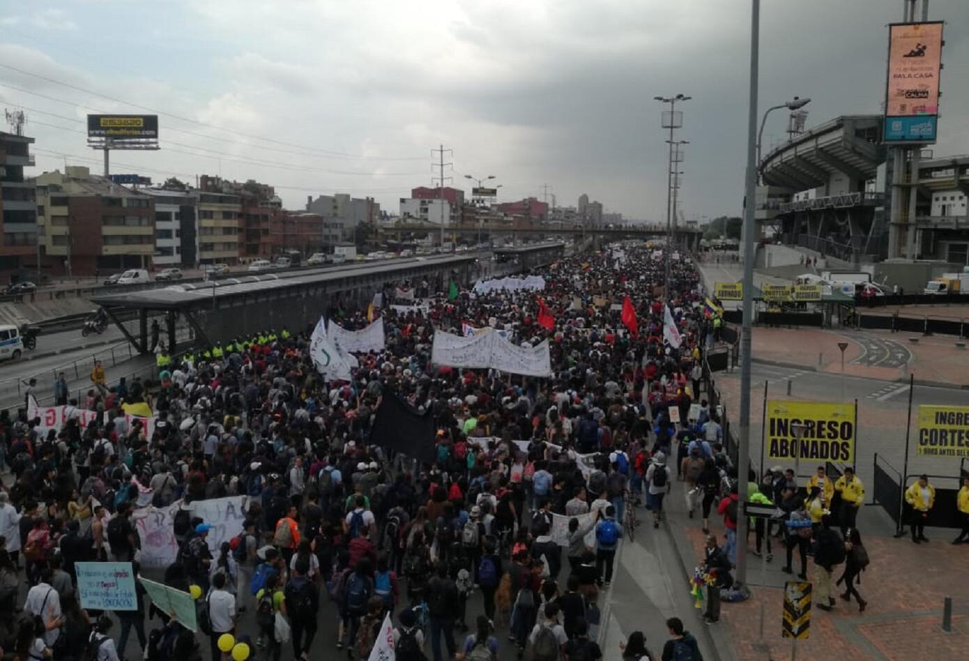 Así fue la aglomeración de estudiantes en cercanías a la estación de El Campín