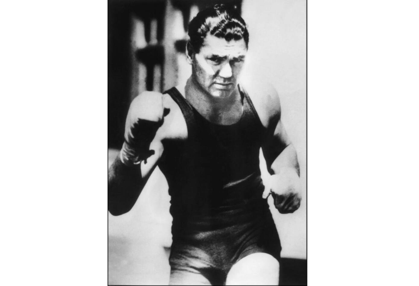 6. Jack Dempsey. Nació el 24 de junio de 1895 en Manassa, Colorado (EE.UU.). Se retiró el 22 de septiembre de 1927. Falleció el 31 de mayo de 1983. Tiene un récord de 54 victorias (44 nocauts), seis derrotas y nueve empates. Realizó cinco defensas.