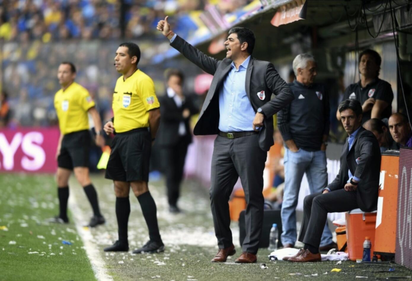 Marcelo Gallardo, técnico de River, dando indicaciones a sus dirigidos.