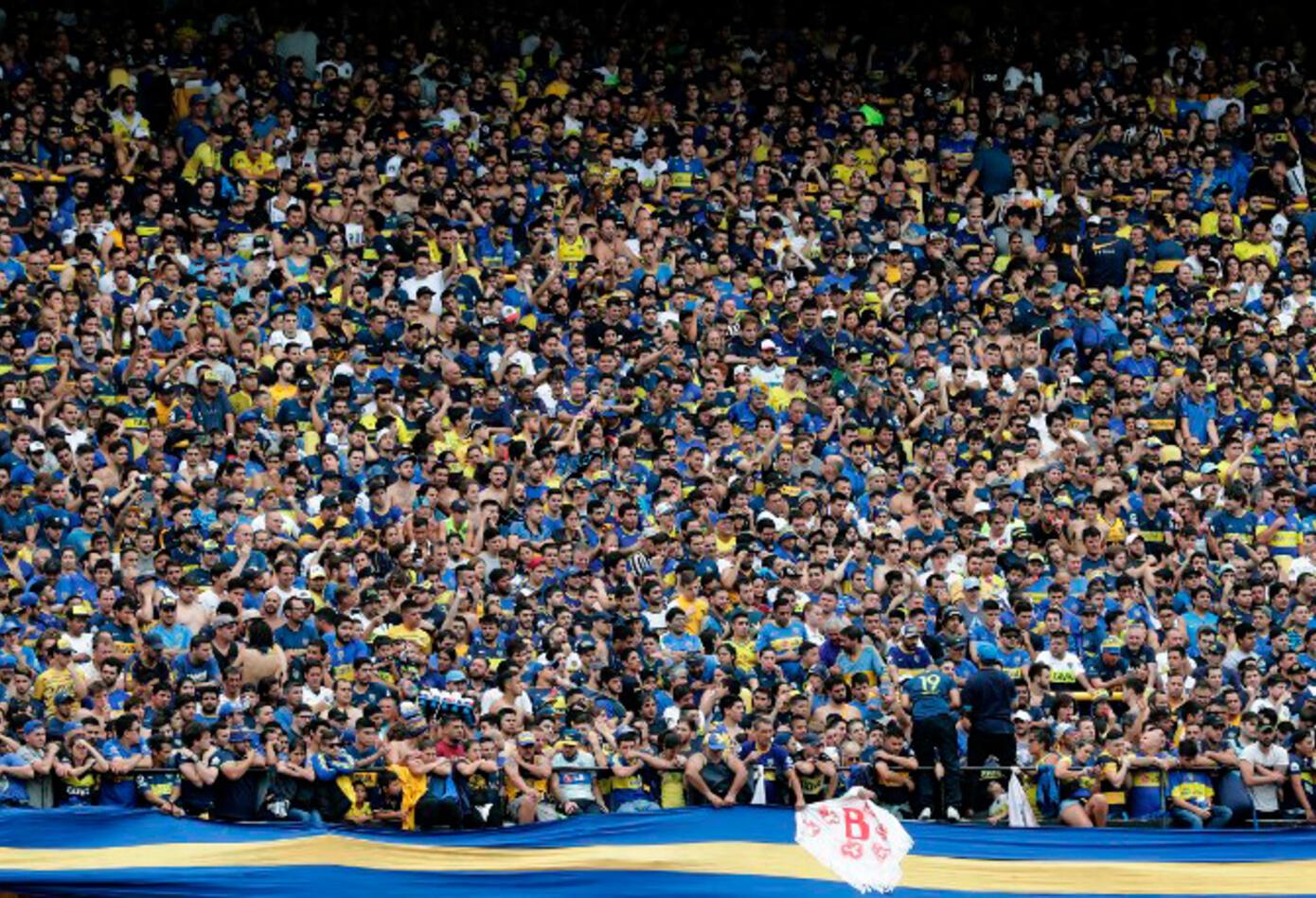 Hinchas de Boca en el Estadio La Bombonera, en Buenos Aires (Argentina)