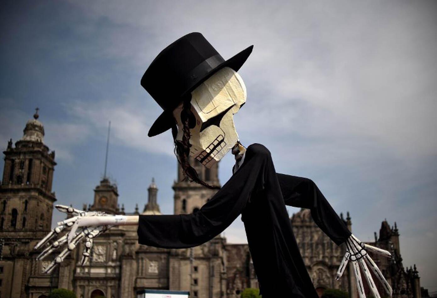 Este evento se lleva a cabo los días 1 y 2 de noviembre en todo México y se utilizan calaveras y esqueletos vestidos con atuendos de esta cultura para festejarla.
