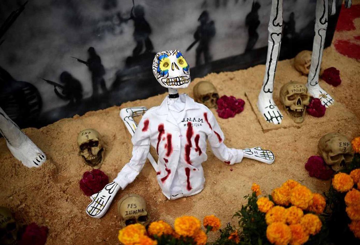 Durante esta celebración es indispensable visitar cementerios y lugares santos, ya sea de día o de noche para colocar velas sobre las tumbas. Esto se realiza para iluminar el camino de las almas en su regreso a casa.