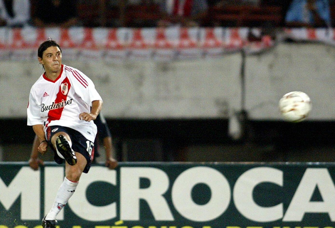 8. Marcelo Gallardo. Debutó en primera en 1993 con Passarella y jugó hasta 1999. En su pasó por el equipo millonario obtuvo cinco títulos locales, la Copa Libertadores del 1996 y la Supercopa 1997.