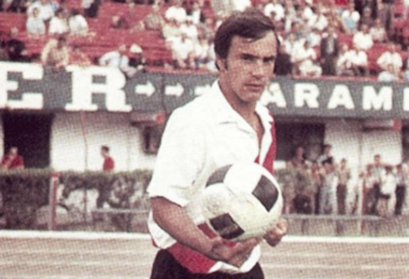 10. Oscar Pinino Más. En 1964 llegó a la primera categoría de River Plate. Ahí comenzó un camino donde marcó 198 goles en 382 partidos.