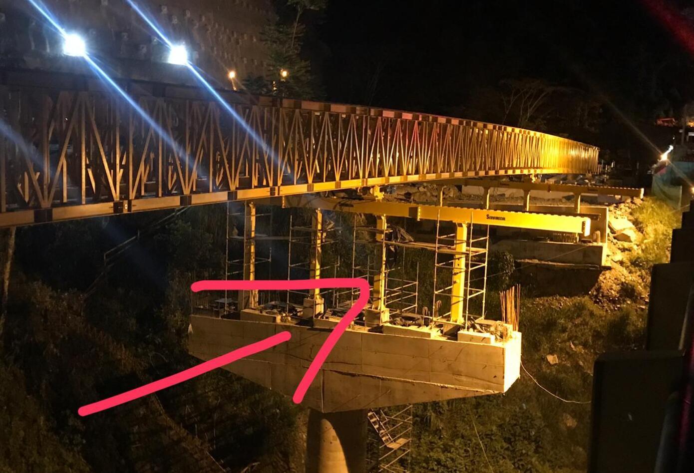 Autoridades investigan las causas del accidente en el puente La Pala.