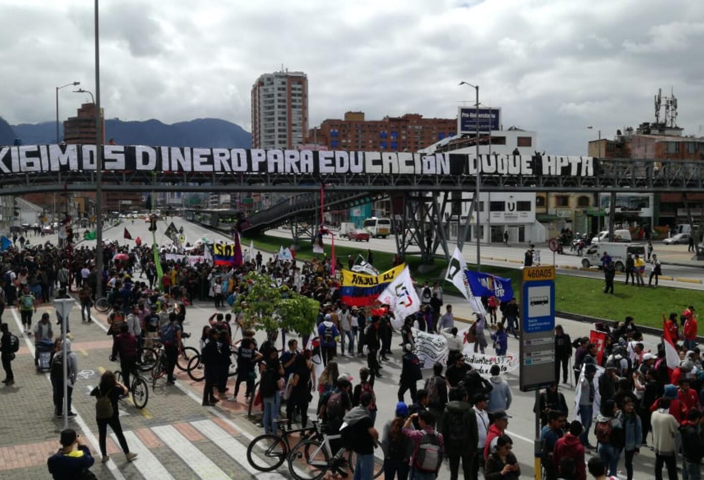 Estudiantes marchan en la avenida NQS
