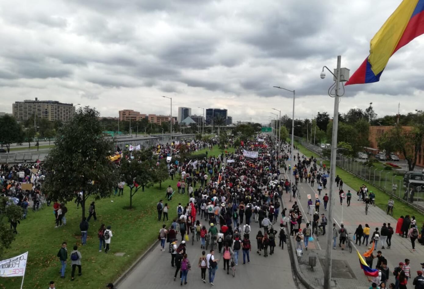 Estudiantes marchan en la Calle 26