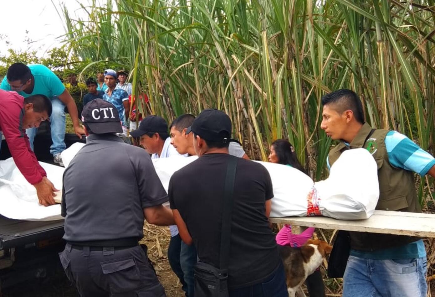 Los cuerpos de los Indígenas asesinados fueron llevados en un vehículo con ayuda de la comunidad.