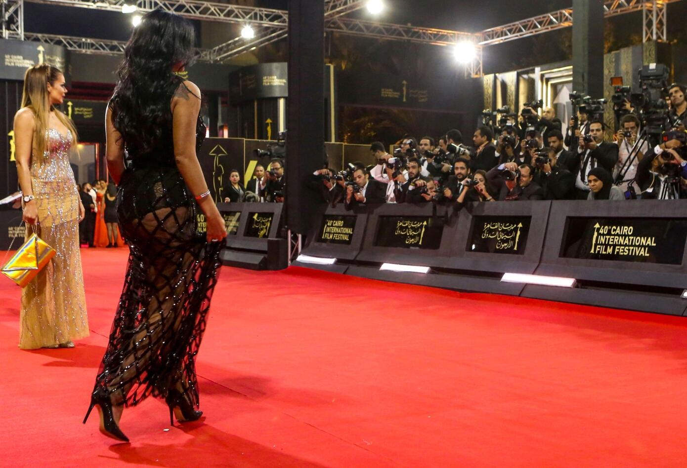 La actriz desfiló por la alfombra roja con un vestido transparente en la parte baja.