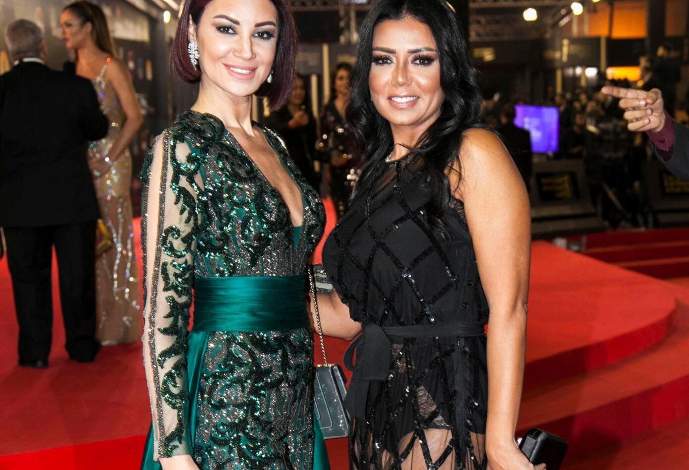 Rania Youssef llevó un vestido en parte transparente en la ceremonia de cierre del festival internacional de cine de El Cairo.
