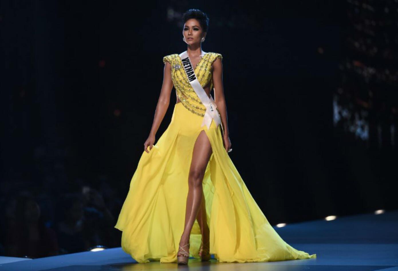 Desfile en traje de gala de Miss Vietnam, H'Hen Nie.