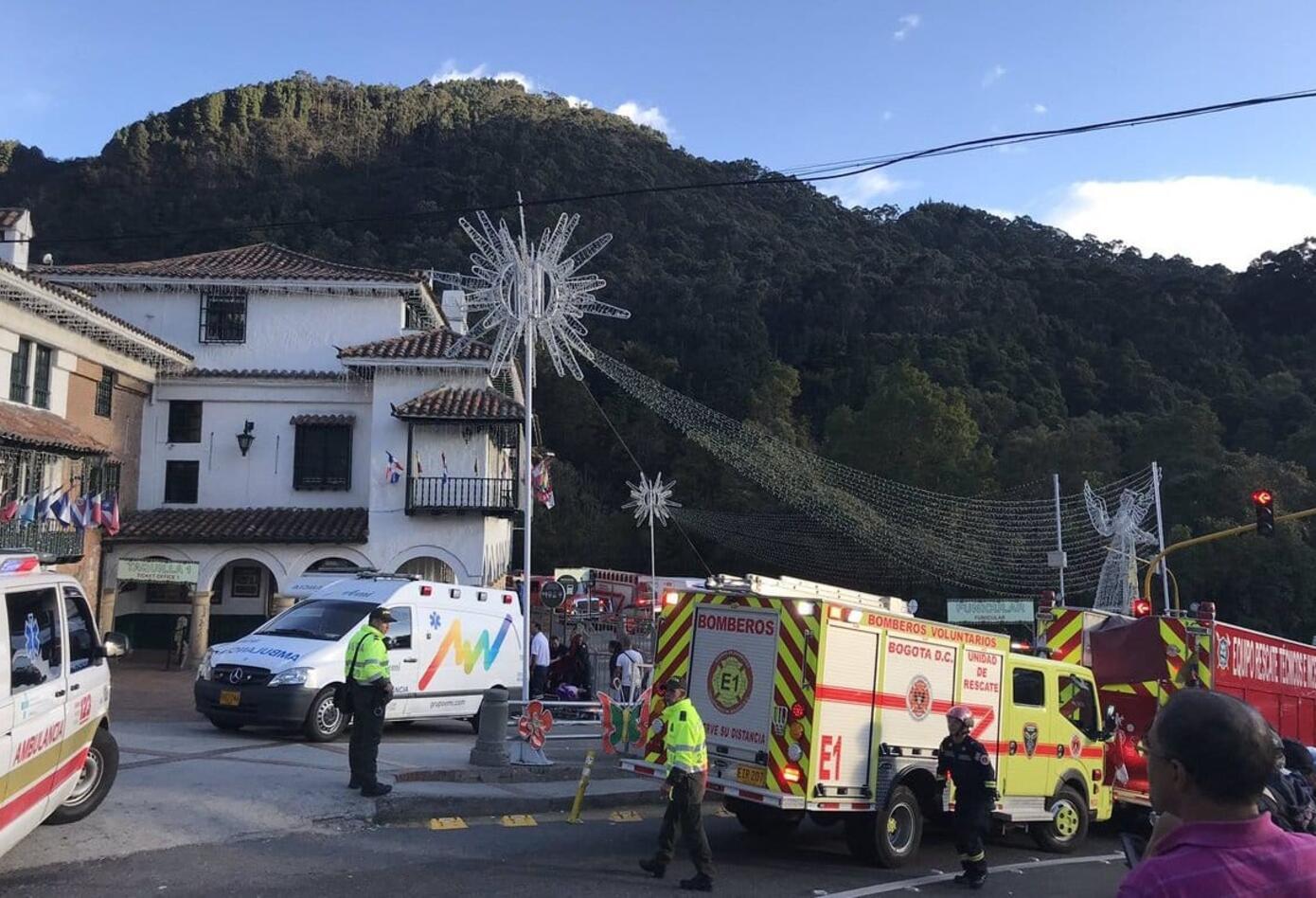 Más de once ambulancias hacen presencia en Monserrate.