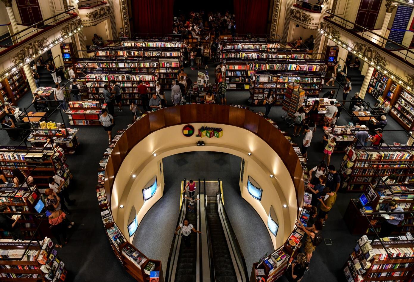 La biblioteca recibe aproximadamente 3.000 visitas por día y 5.000 los fines de semana