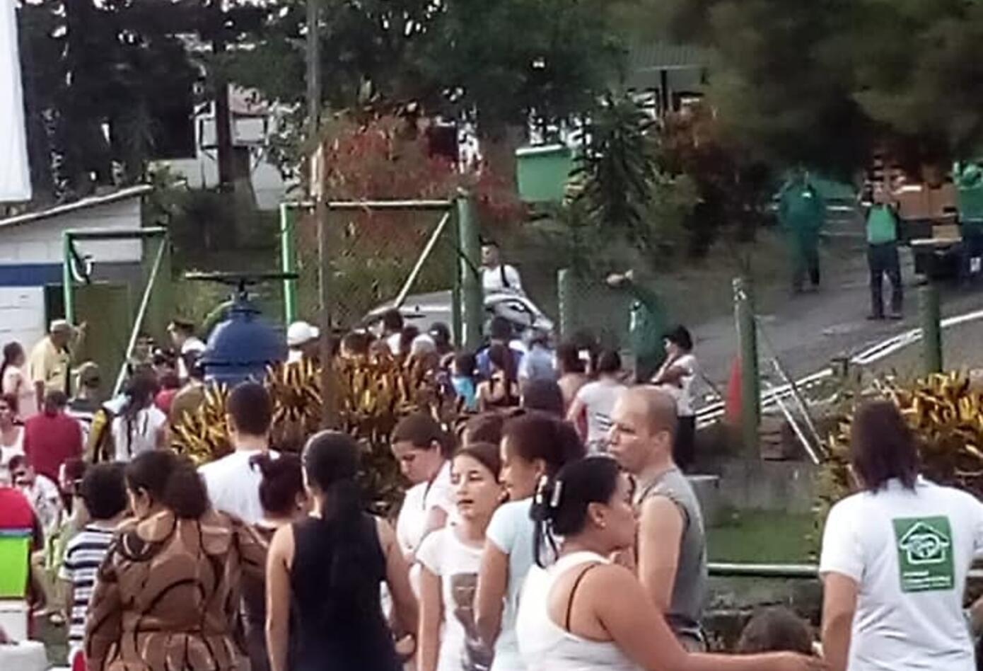 Ciudadanos realizan largas filas para llenar recipientes de agua