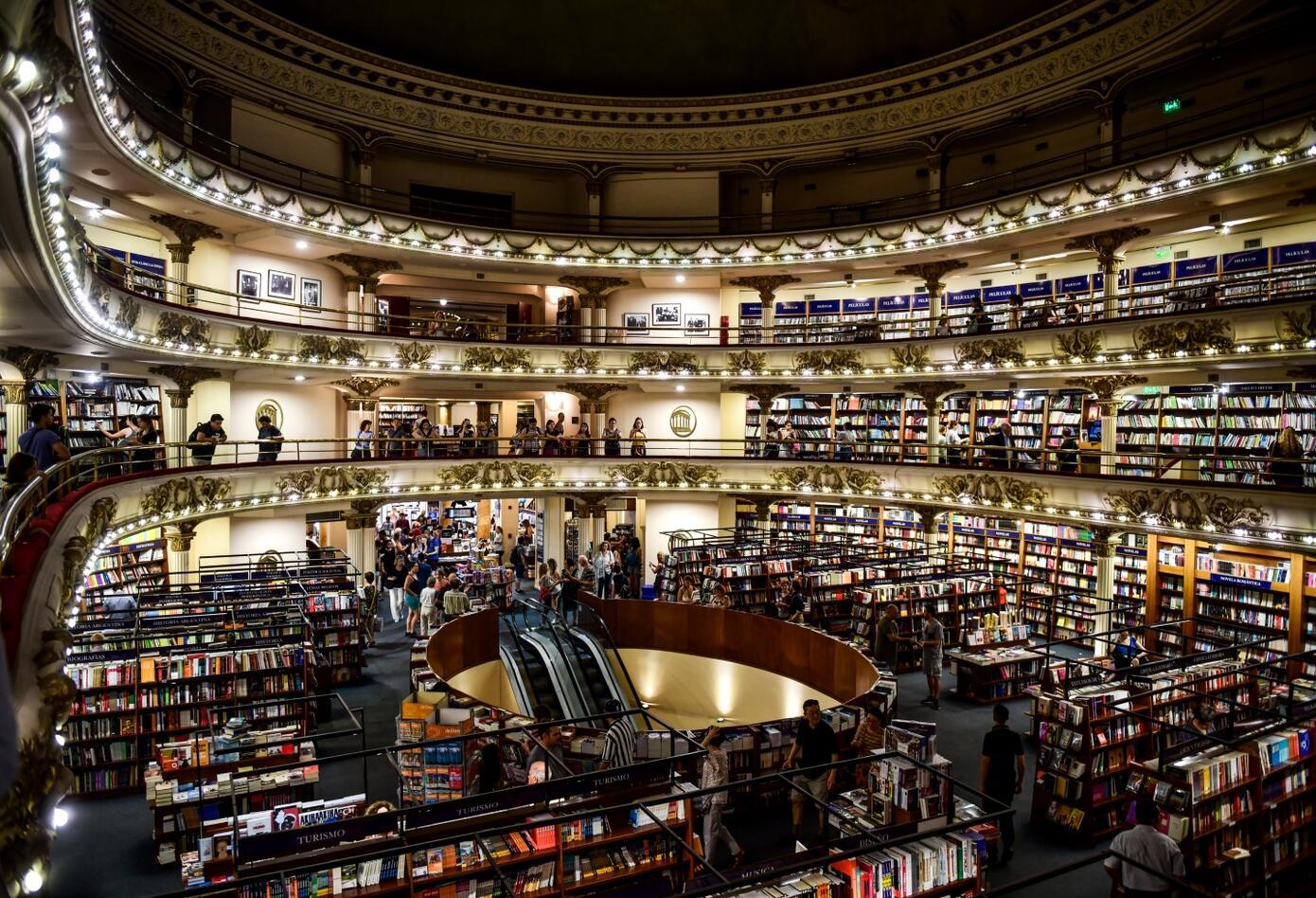 La librería contiene un mostrador en donde reposan 200.000 ejemplares