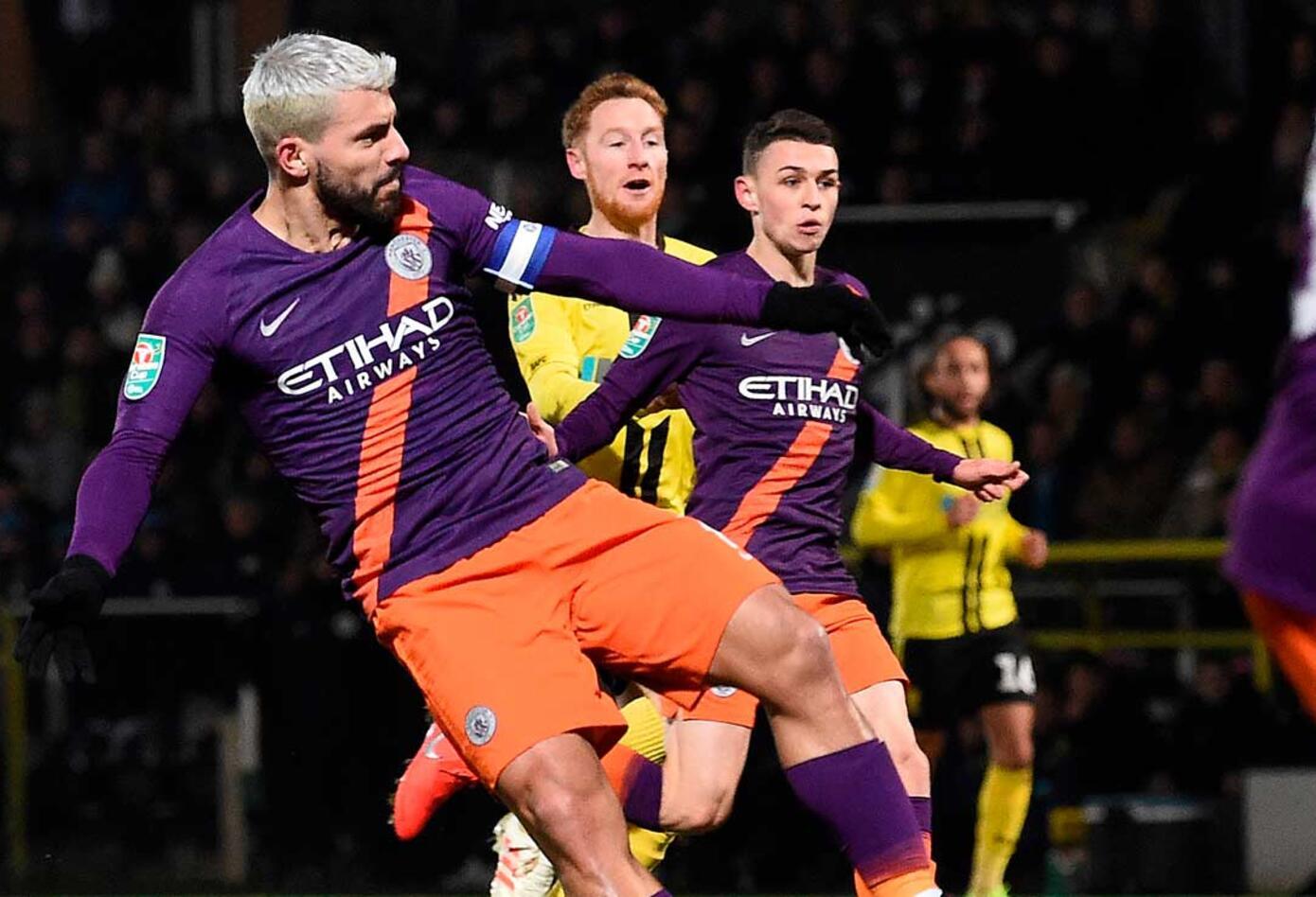 Ian Carlo Poveda sigue la jugada al momento de la anotación de Sergio Agüero con el Manchester City