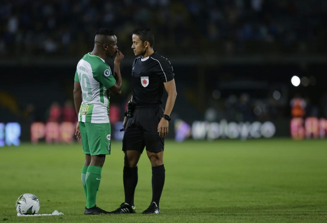 Jugador de Nacional hablando con el árbitro durante el partido