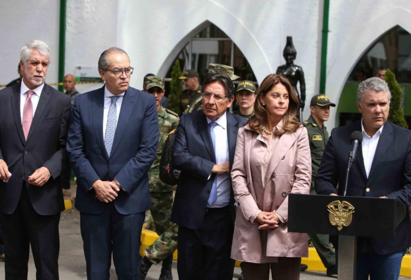 Enrique Peñalosa, Fernando Carrillo, Néstor Humberto Martínez, Marta Lucía Ramírez e Iván Duque - Carro Bomba en Escuela General Santander