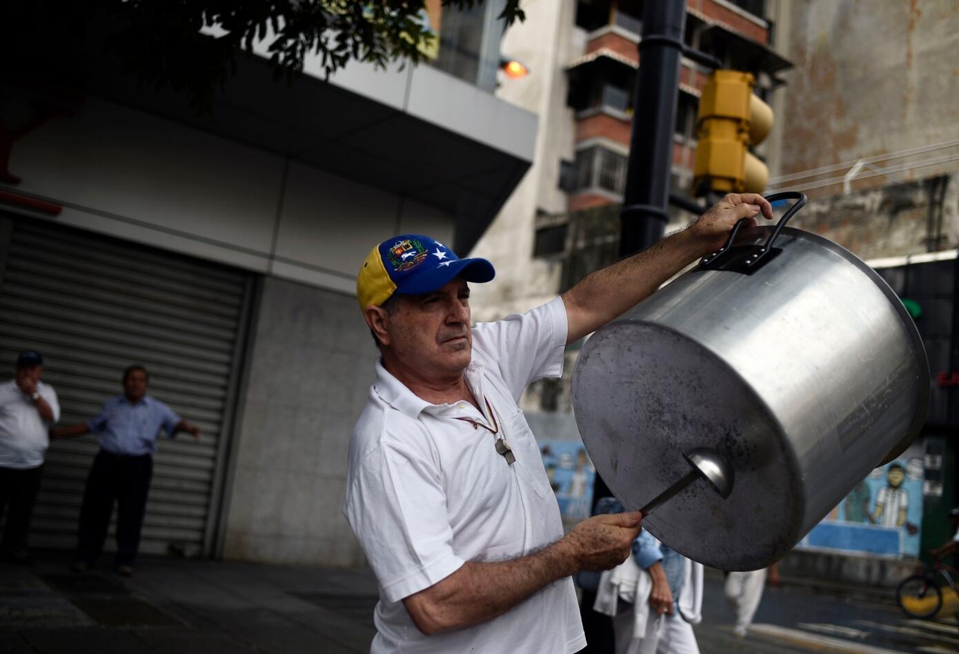 Algunos salieron a las calles a celebrar la salida de Maduro y destacar la llegada de Guaidó.