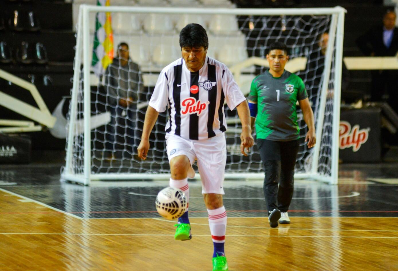 Evo Morales de manera permanente se muestra como jugador de fútbol, una de las mayores aficiones del pueblo boliviano.