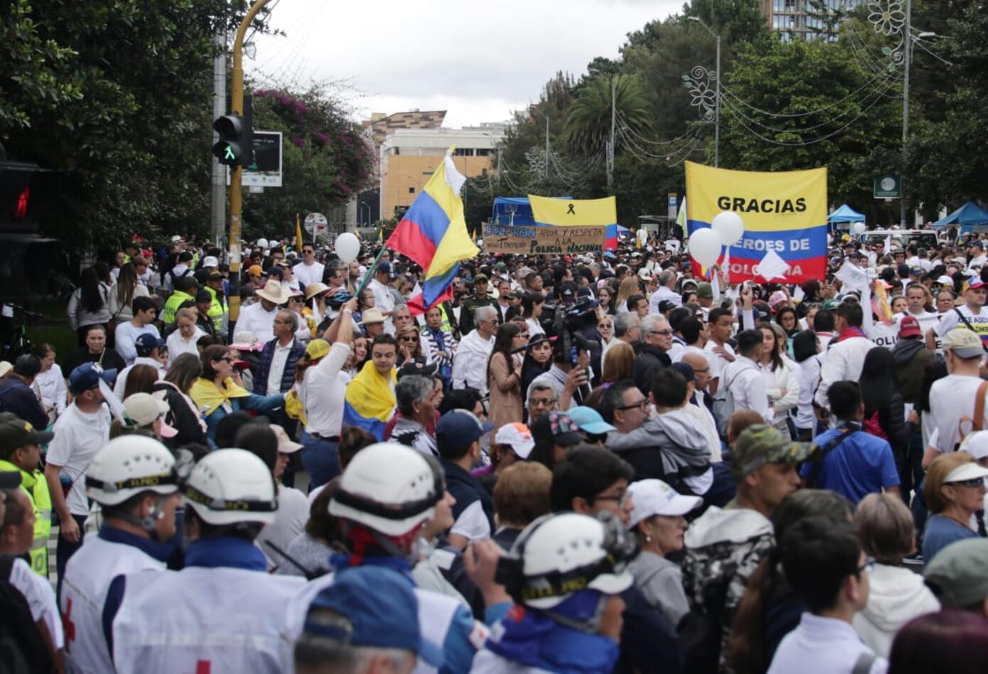 En la Carrera Séptima fueron vistos cientos de ciudadanos en la marcha contra el terrorismo.