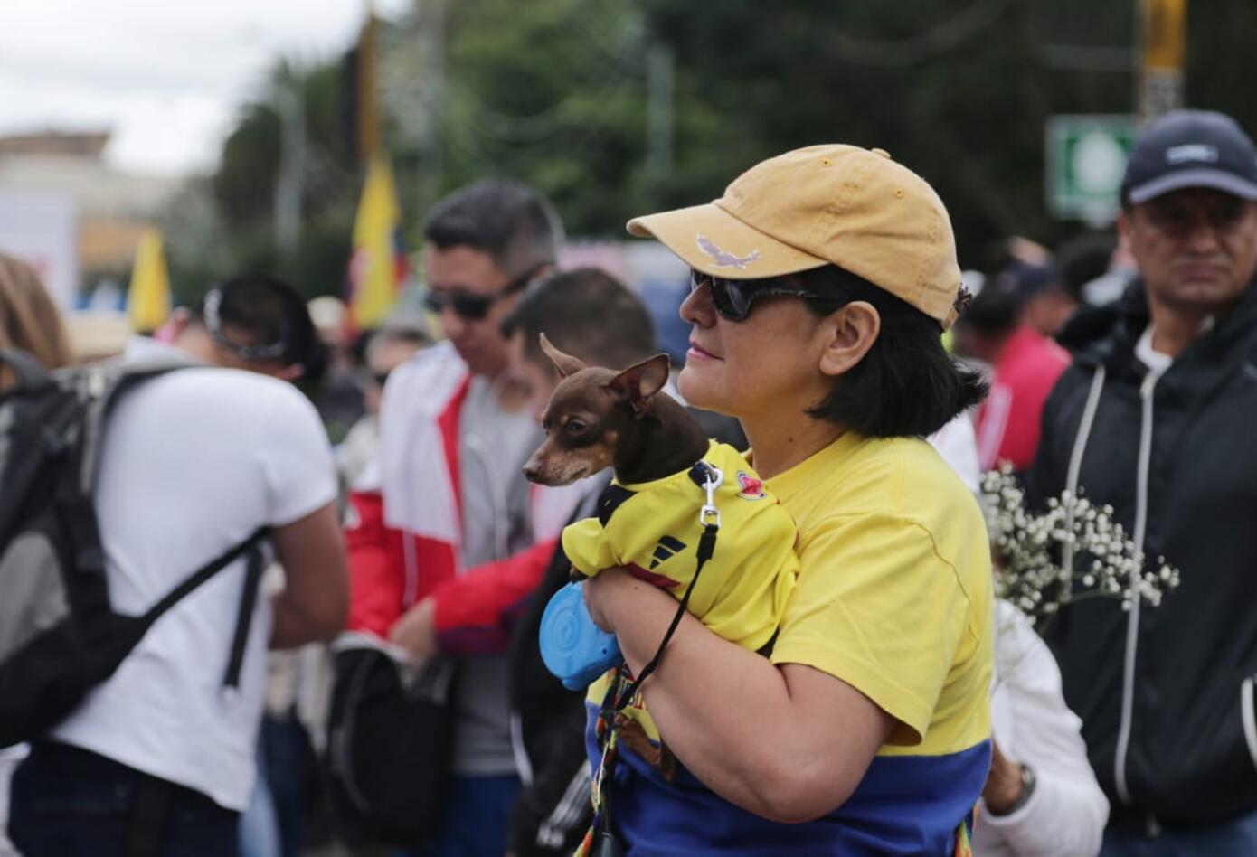 Con pitos y cornetas los ciudadanos rechazaron el carro bomba del pasado jueves en Bogotá.