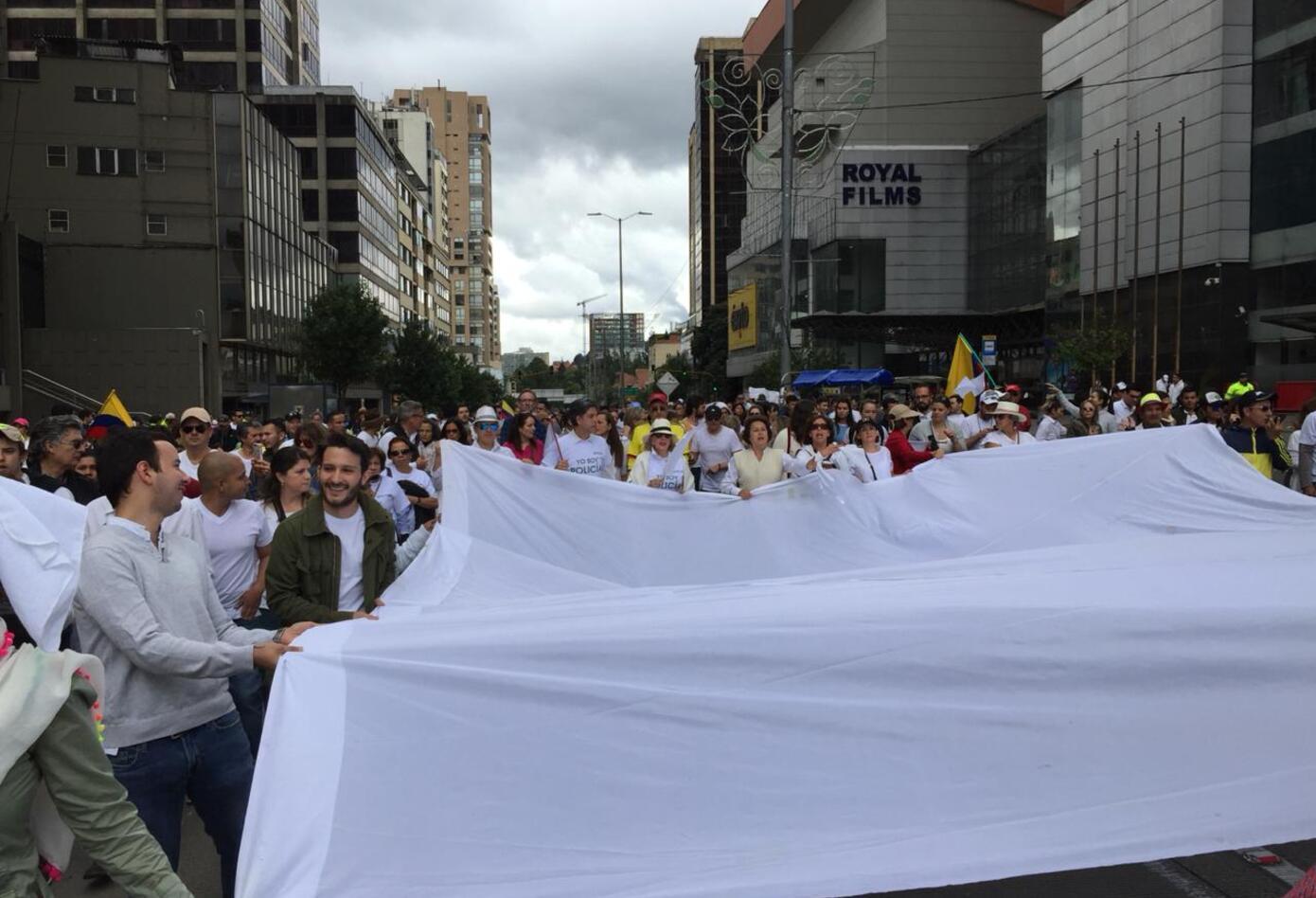 El blanco clamando por la paz apareció en la marcha contra el terrorismo.