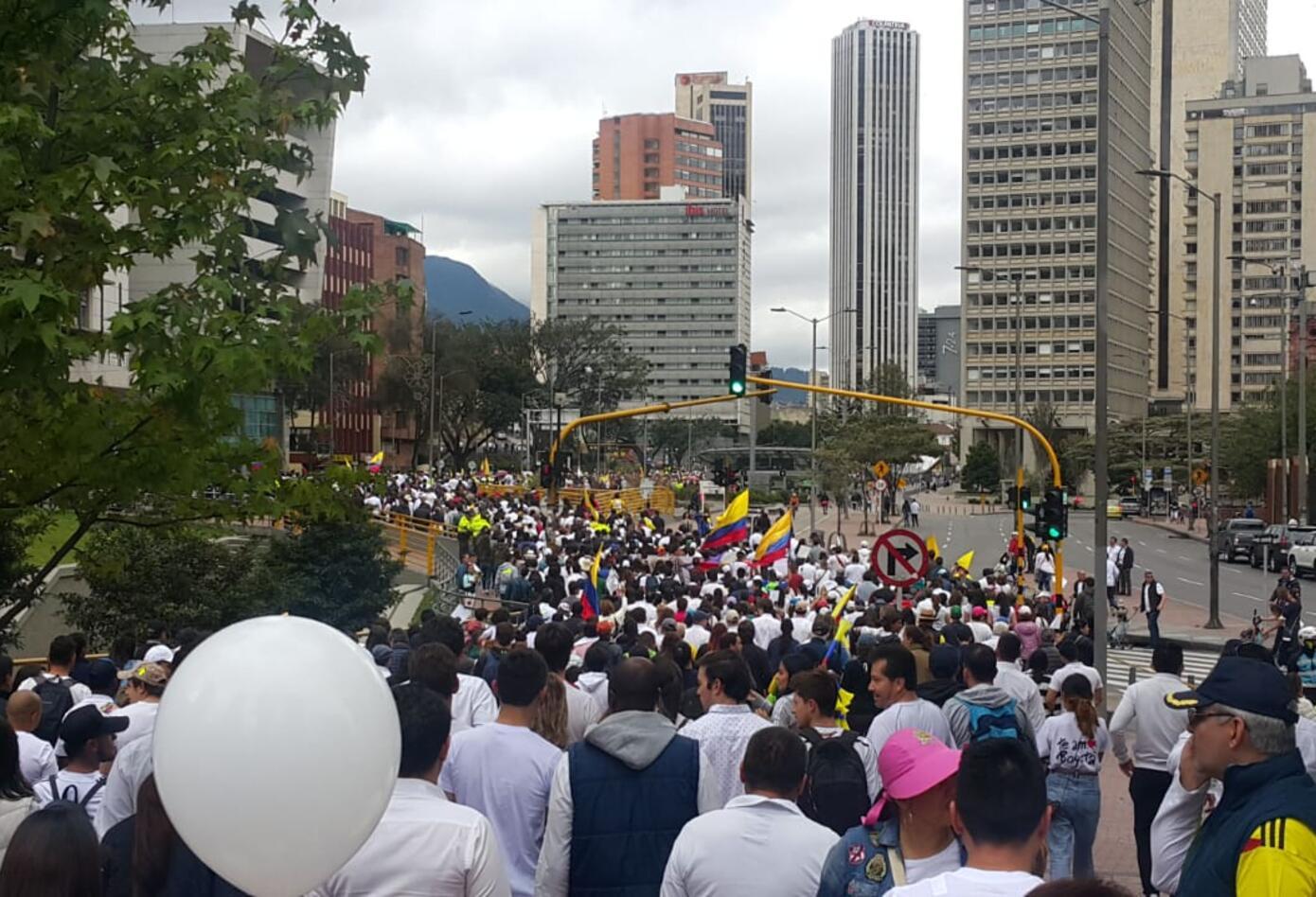 La bandera de Colombia acompañó a los marchantes que se pronunciaron contra el terrorismo.