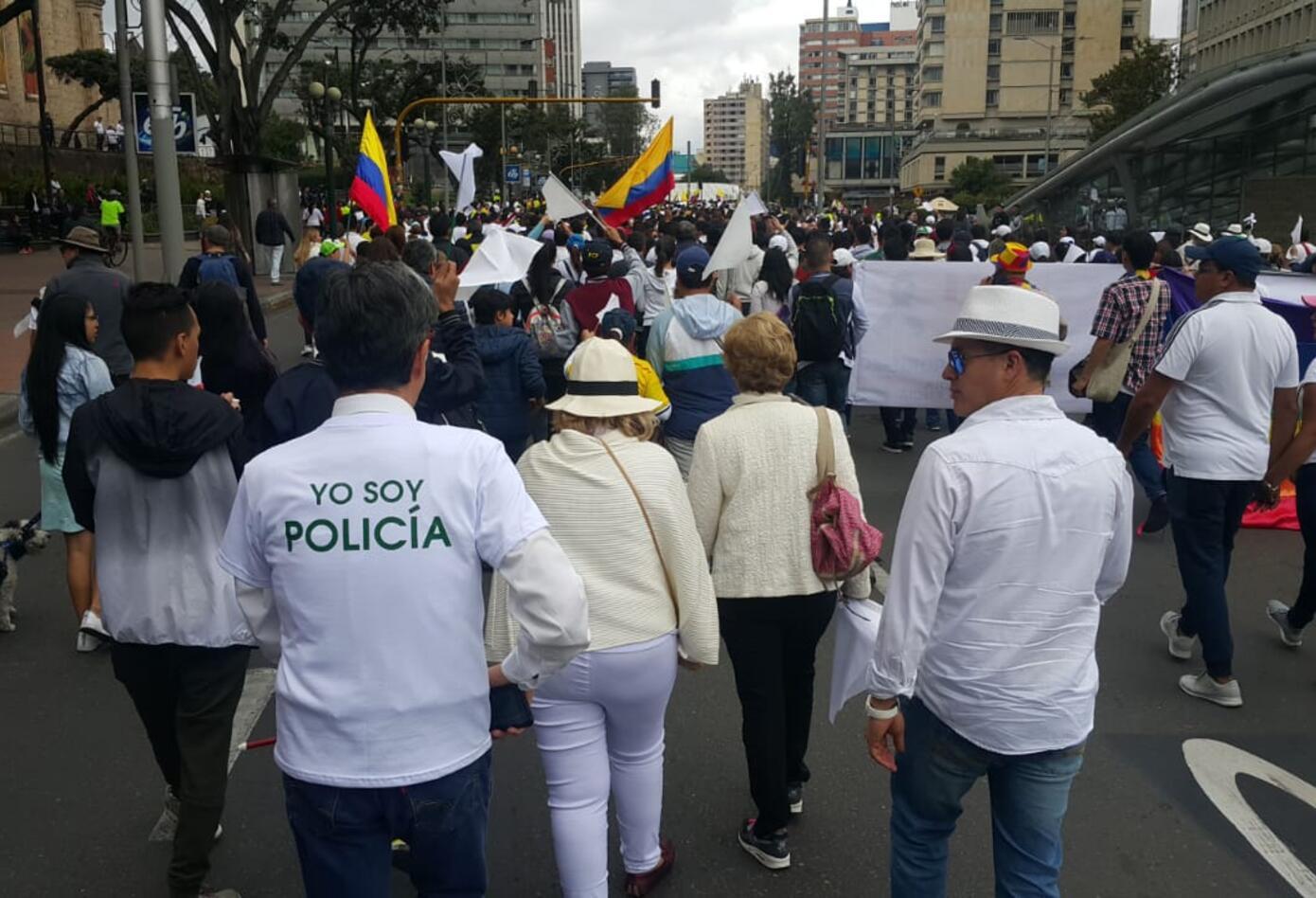 También varios ciudadanos se sumaron a la marcha contra el terrorismo con un 'Soy policía'.