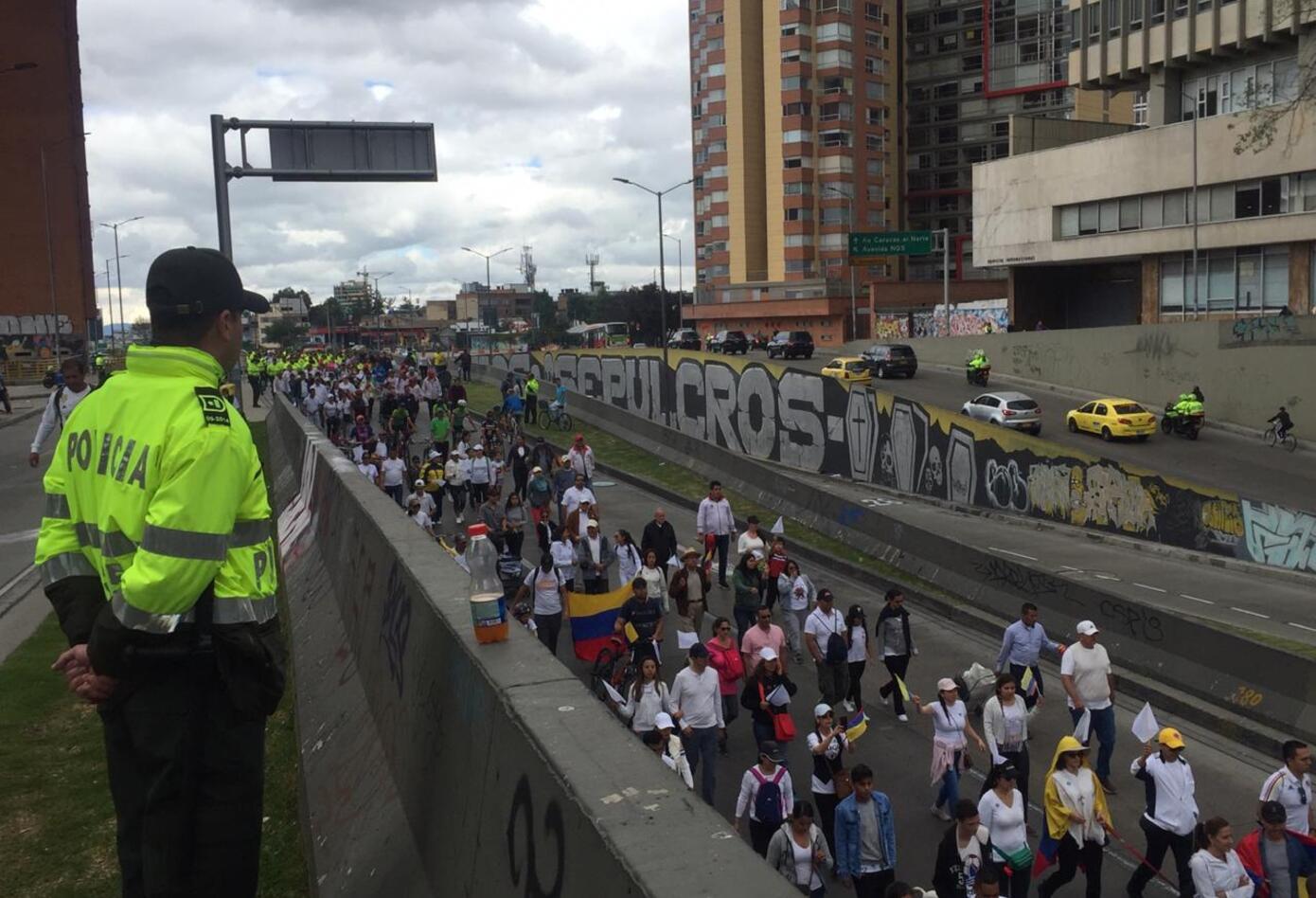 Los policías, hoy en día víctimas del terrorismo, también custodiaron la marcha contra el terrorismo.