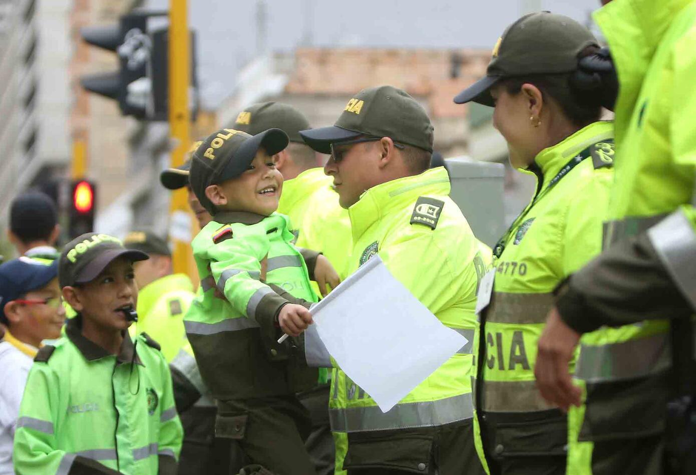 Los niños se emocionaron con los policías en medio de la marcha contra el terrorismo