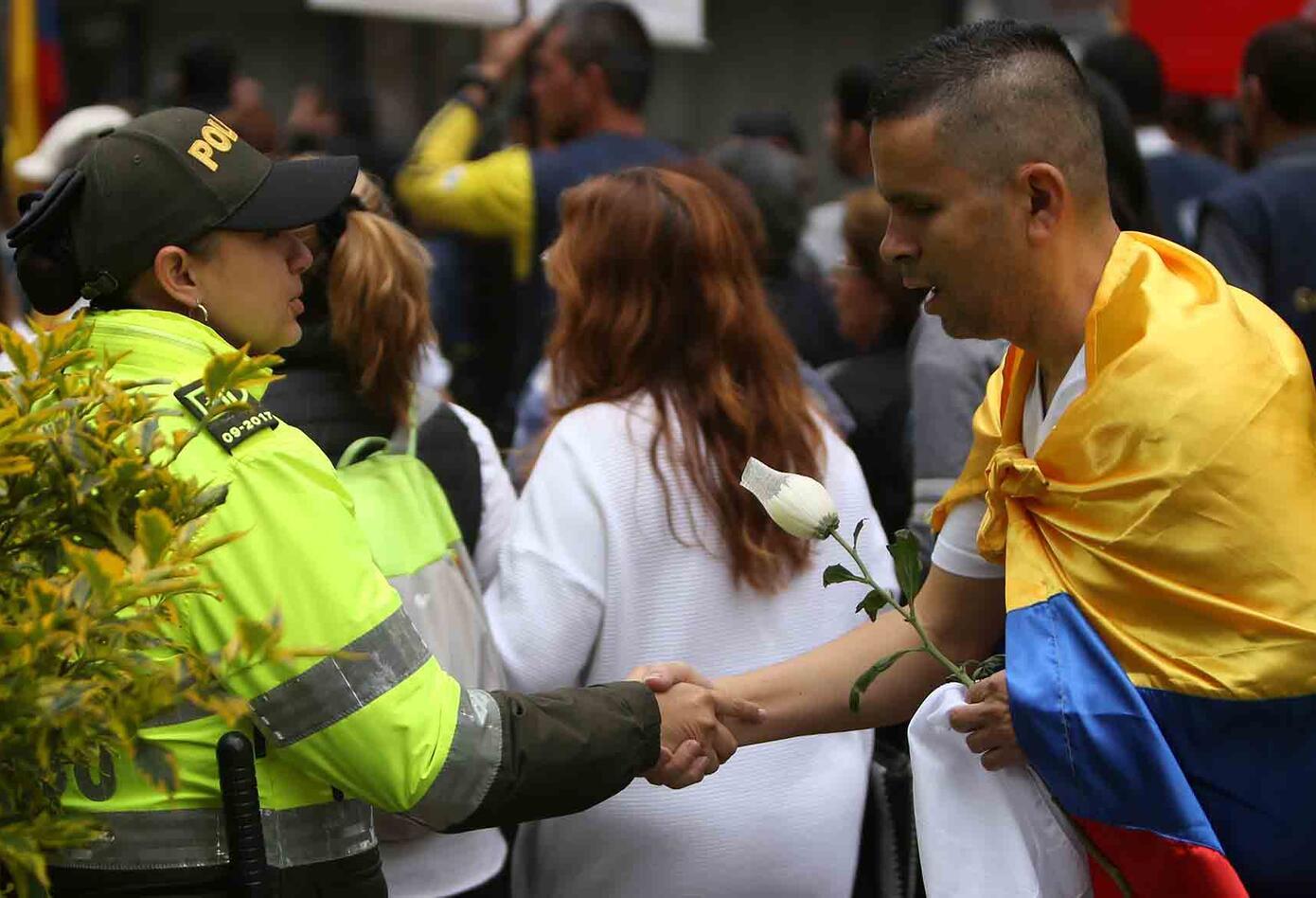 Una de las postales de la abrazatón a los policías en la marcha contra el terrorismo.