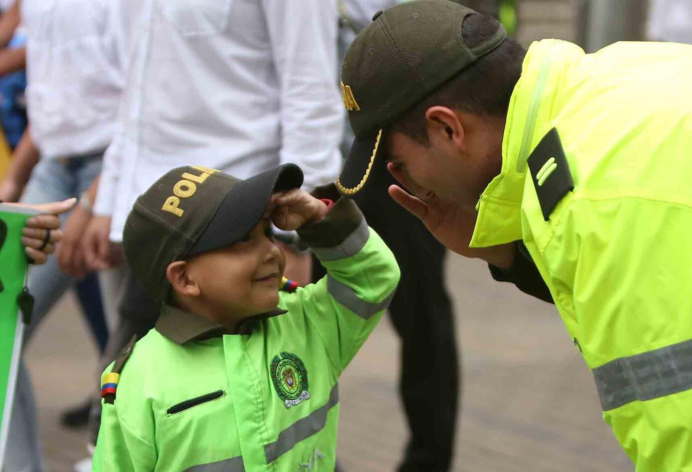 Varios niños fueron a la marcha contra el terrorismo disfrazados de policías.